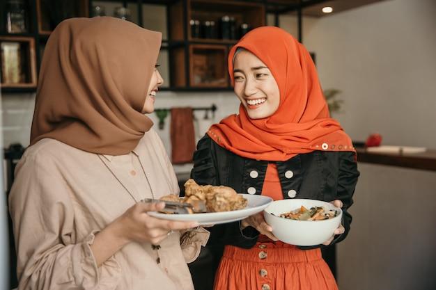 여자와 그녀의 친구 빠른 속보 음식을 준비