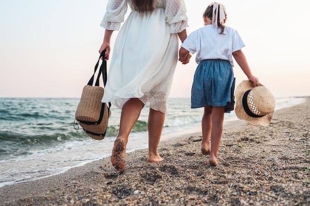 Женщина и ее маленькая дочь на пляже