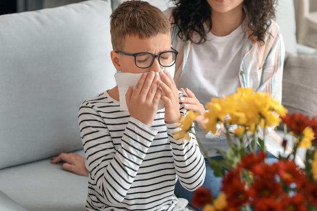 自宅で花粉症の女性と彼女の息子
