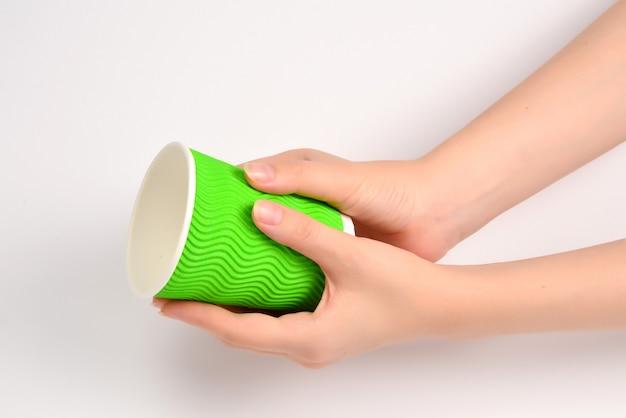 女性と白で隔離のさまざまな飲み物のための紙コップを保持しています。