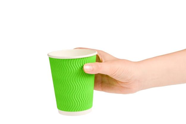 Женщина и держа бумажный стаканчик для различных напитков