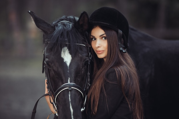 Женщина и лошадь в школе верховой езды