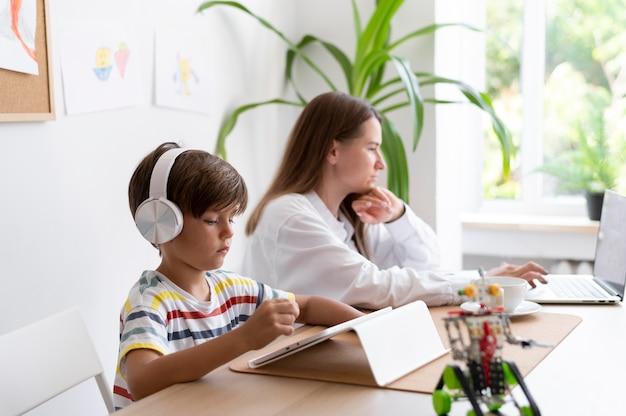 Женщина и ребенок с устройствами средний план