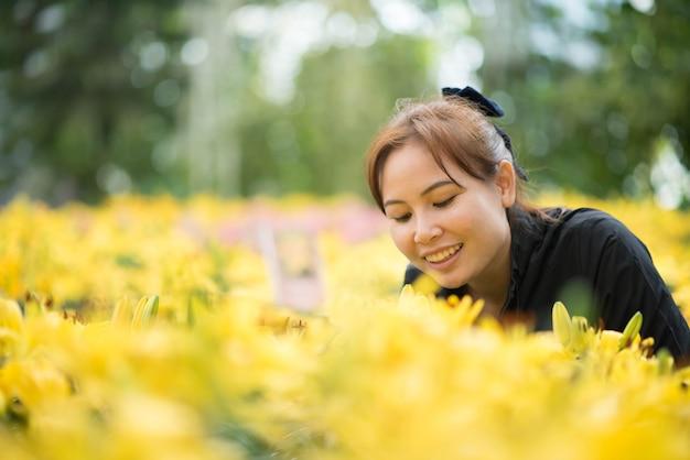 フラワーガーデンの女性とユリの花