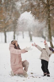 여자와 공원에서 어린 소녀