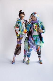 플라스틱 재활용 개념을 입고 판매 및 옷에 중독 된 여자와 남자