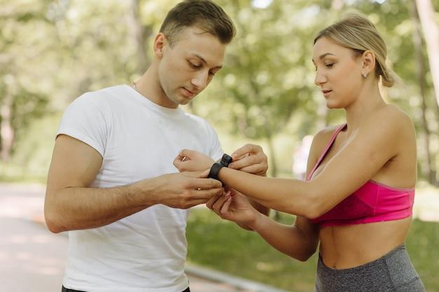 女性と男性は外で運動をします