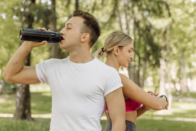 Женщина и мужчина делают упражнения на улице