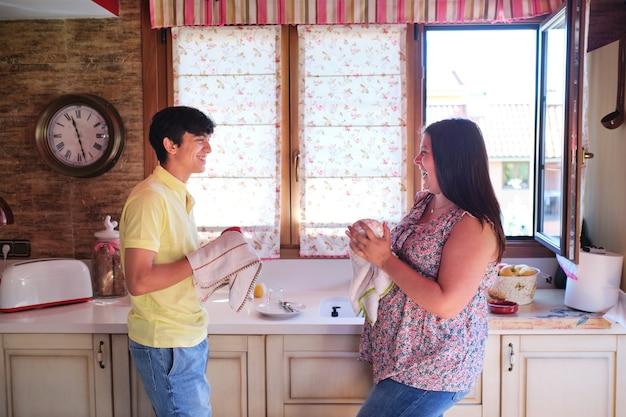 천으로 설거지를 하는 여자와 남자