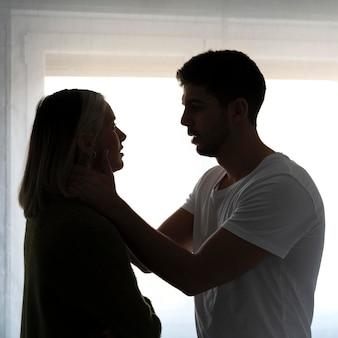 Женщина и мужчина борются дома