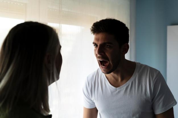 집에서 싸우는 여자와 남자