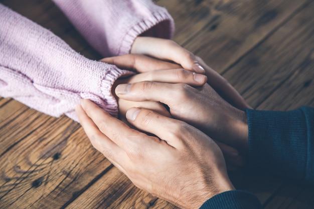 Женщина и мужчина руки на столе