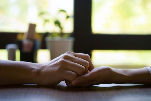 女性と男の手を一緒に世話をする