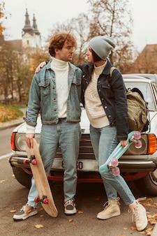 여자와 남자는 그들의 스케이트 보드를 들고
