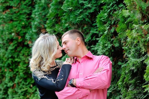 緑豊かな公園でキスの愛の男女