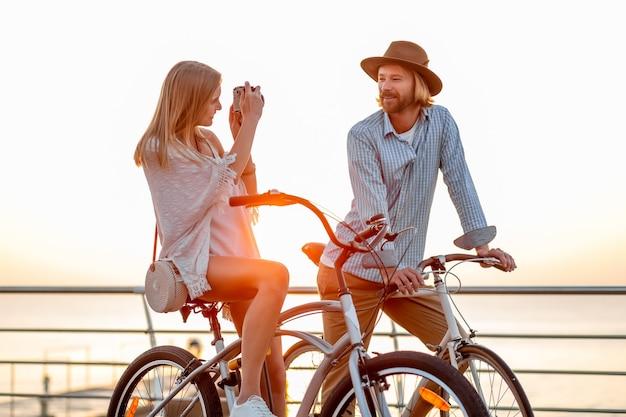 女と夕日の海で自転車に乗って愛の男