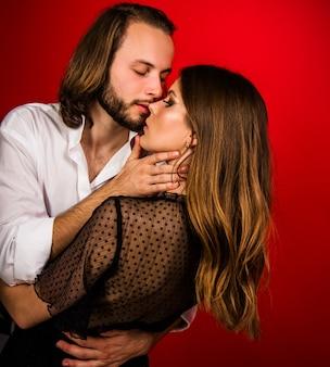 女性と男性のキス。優しい情熱の官能的なカップル。関係と愛。