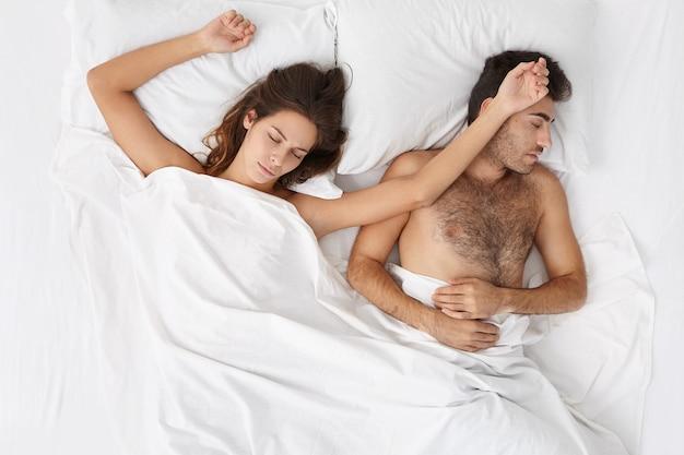 女と男のベッドの上に座ってビュー