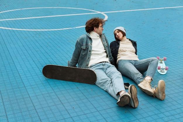 バスケットボールのフィールドに座っている女性と男性