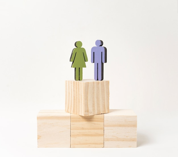 Женщина и мужчина стоят на одной высоте