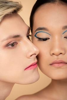 化粧をしている女性と男性