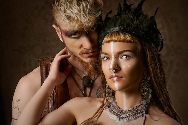 Женщина и мужчина с этничной росписью