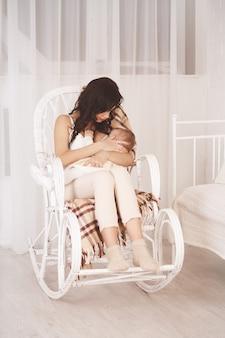 Женщина и новорожденный отдыхают, ретро