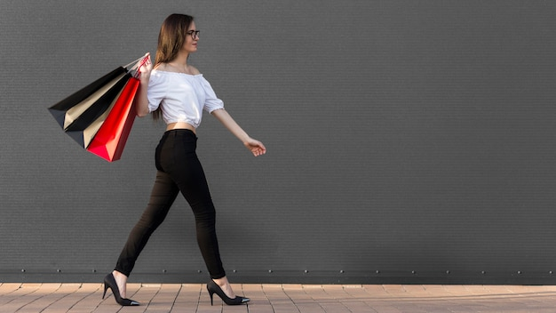 Женщина и хозяйственные сумки копируют пространство