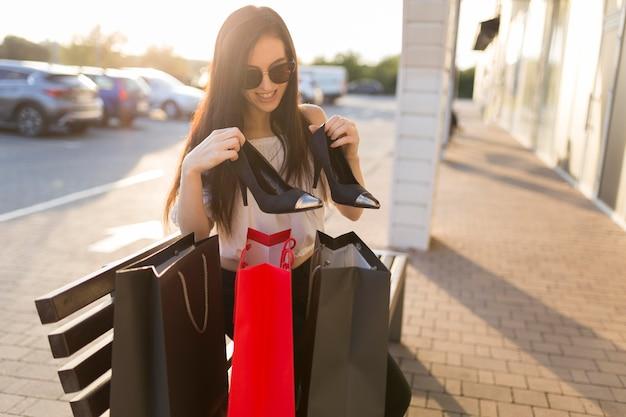 女性とベンチに買い物袋