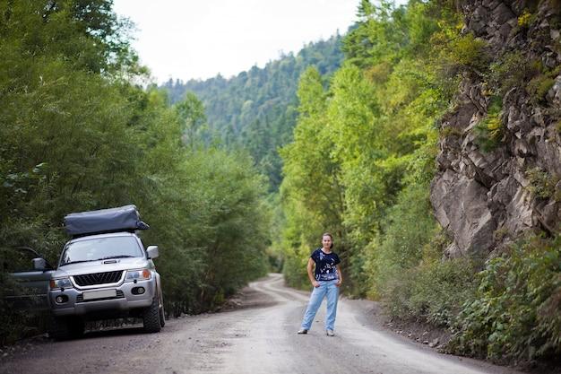 러시아 극동의 숲 속 여성과 suv