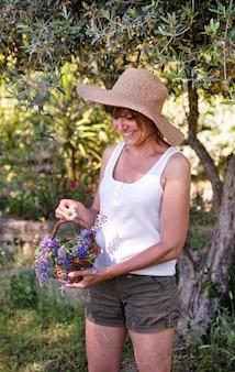 自然療法と植物学のためのバスケットの女性と野生の花