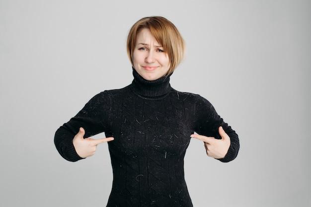 ペットの毛皮で黒いセーターを着ているので怒っている女性