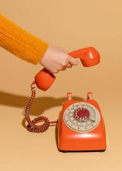 오래 된 레트로 전화에 응답 하는 여자