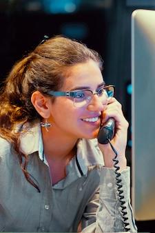 여자는 콜 센터에서 고객 전화에 응답