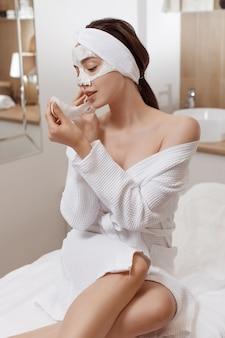 化粧品のアルギン酸マスクを適用する女性