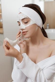 Женщина, применяющая косметическую альгинатную маску