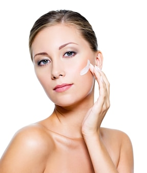 化粧品のクリームを適用する女性