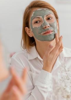 Daceマスクを適用する女性