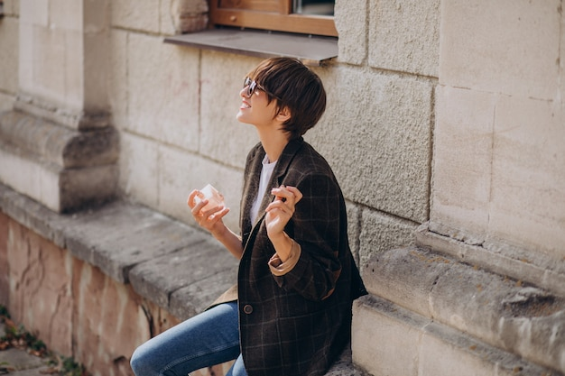 Женщина, наносящая аромат на шею