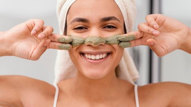 Donna che applica un trattamento casalingo sul viso