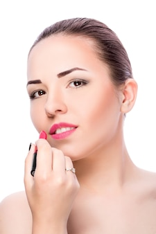 립스틱을 적용하는 여자