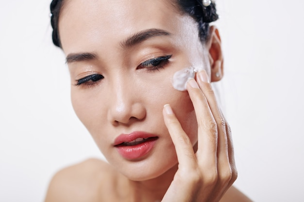 保湿剤を適用する女性