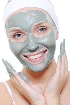 Женщина, применяющая косметическую маску