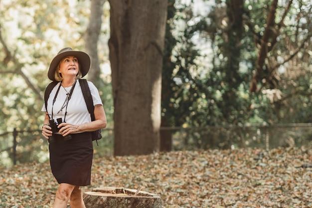 자연의 아름다움을 감상하는 여성