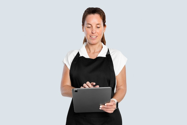 Donna in grembiule che usa tablet