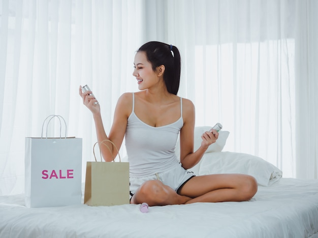 Woman are watching cosmetics that go shopping