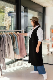 ラックに洋服をアレンジする女性