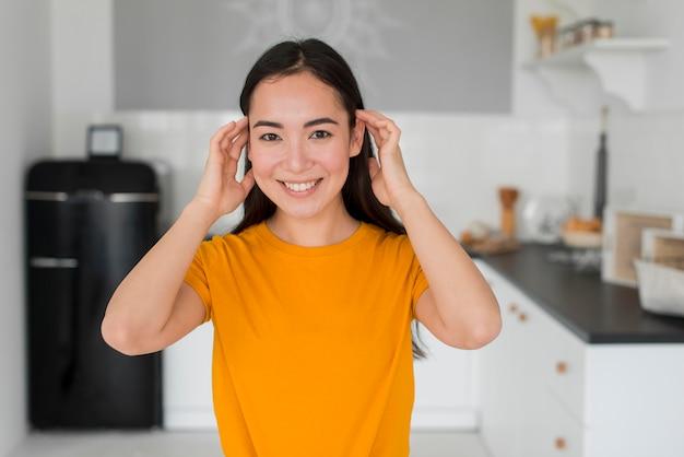 彼女の髪をアレンジする女性