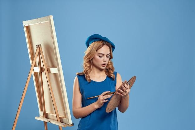 Женщина художник синий берет рисунок палитра мольберт хобби творчество синий