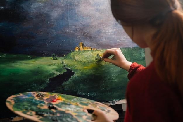 キャンバスにペイントする女性アーティスト